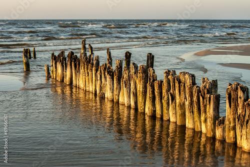 Fotobehang - Krajobraz Morski, drewniany łamacz fal na plaży
