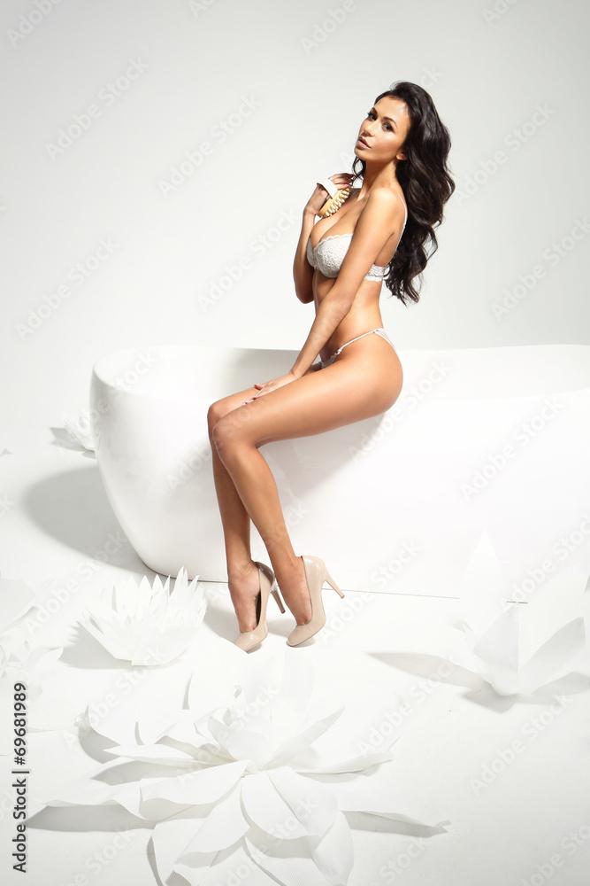 Fototapeta Masaż, kobieta w bieliźnie masuje ciało