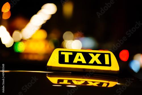 Fotografie, Obraz  Taxischild in der Nacht