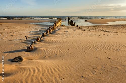 Fotobehang - Krajobraz morski. drewniany łamacz fal