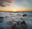 Fale przelewające się przez falochrony nad Morzem Bałtyckim
