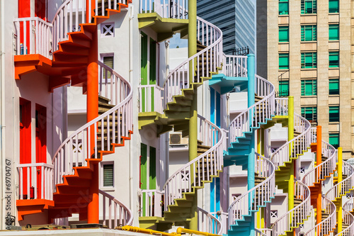 In de dag Singapore Colorful spiral stairs of Singapore's Bugis Village