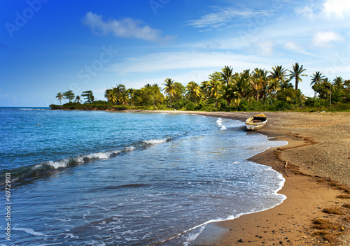 Poster Caraïben Jamaica. A national boat on sandy coast of a bay