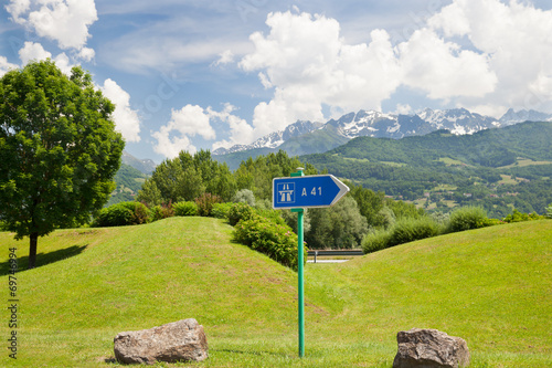 Fotografia  The pointer of highway on roadside in european mountains
