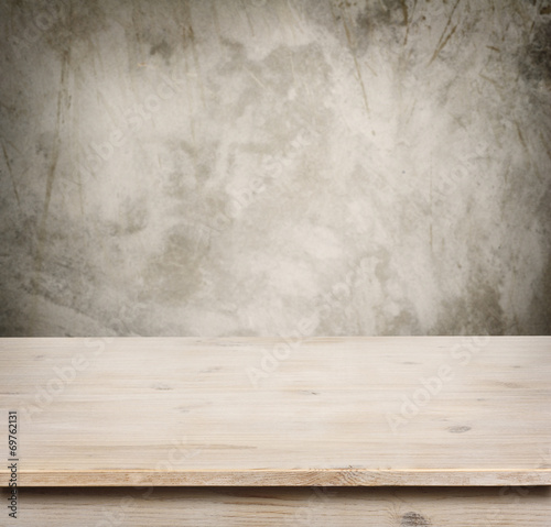 Fotografía  Wooden table on defocuced vintage wall background