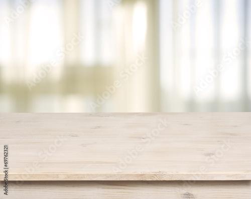 Fotografía  Mesa de madera sobre la ventana defocuced con el fondo de la cortina