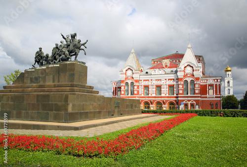 Valokuvatapetti Chapaev monument and theater in Samara