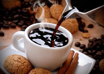 fototapeta gorąca kawa w małej białej filiżance