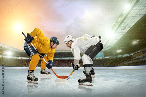 fototapeta na lodówkę Hokej na lodzie gracz na lodzie. Otwarta Stadion - Zima Klasyczna gra