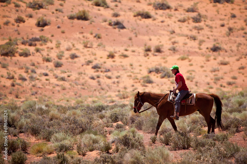 Poster de jardin Vache USA - horse riding in Monument valley