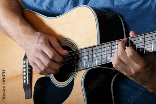 Man performing song on acoustic guitar Fototapet