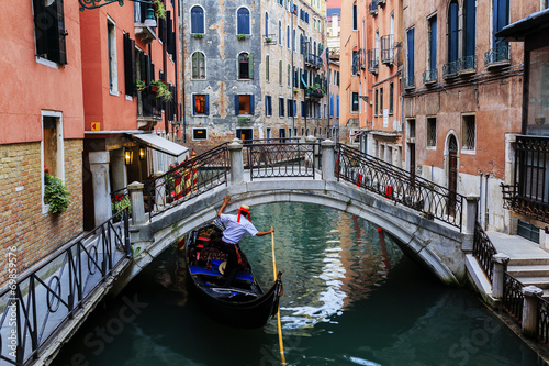 Stampa su Tela  Venice, Italy - Gondolier and historic tenements