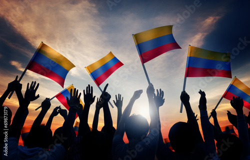 Fotografía  Silhouettes of People Holding Flag of Colombia