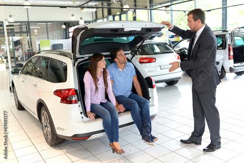 Photo  Verkaufsgespräch im Autohandel // Sales talk in the car trade