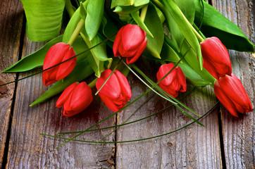 fototapeta czerwone tulipany na stole