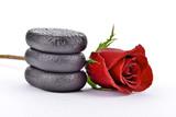 Fototapeta Kamienie - Róża z kamieniami bazaltowymi do spa