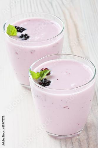 Fotografija  Yogurt with sweet dewberry