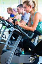 Leute Im Fitnessstudio Auf Sport Fahrrad Spinning