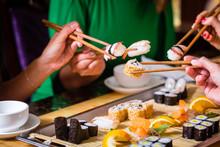 Junge Leute Essen Sushi In Asi...