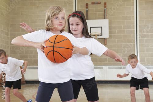Plakat Uczniowie szkoły podstawowej gra w koszykówkę w siłowni