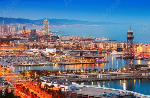 pieknie-oswietlony-port-w-barcelonie-w-godzinach-wieczornych
