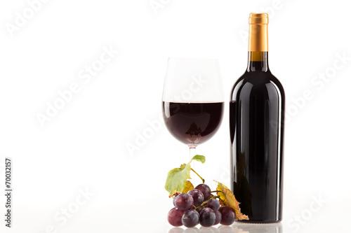 czerwone-wino-w-kieliszku-z-butelka-i-winogronami-na-bialym-tle