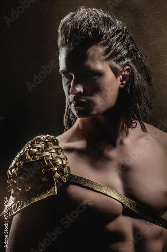 Foto  Starker Mann in der goldenen Rüstung