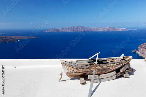 Photo  Old boat on the roof of the building on Santorini island, Greece