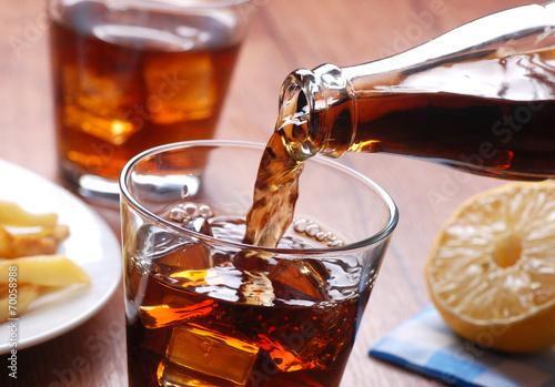 versare bevanda analcolica nel bicchiere di vetro Canvas Print