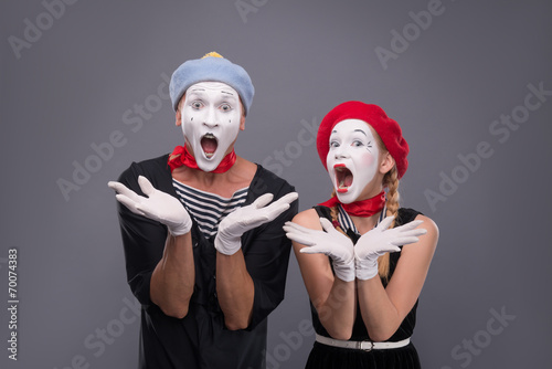 Photo  Portrait of funny mime couple with white faces and emotions isol