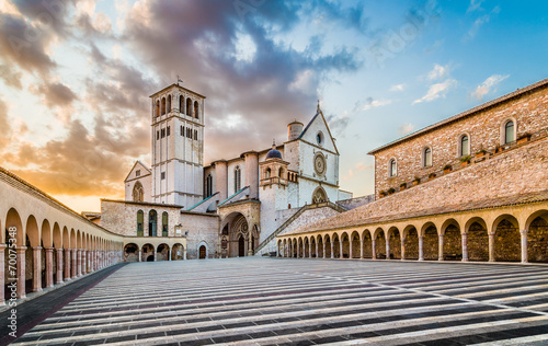 Photo Basilica of St. Francis of Assisi at sunset, Assisi, Italy
