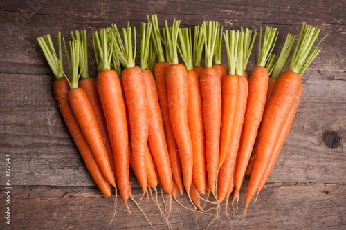 Cuadros en Lienzo fresh carrot bunch on grungy wooden background