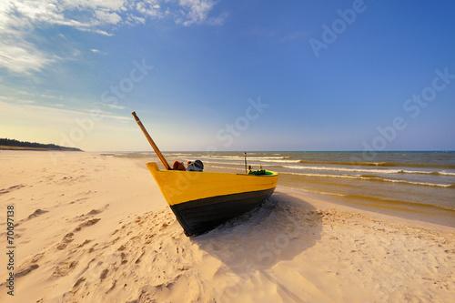 Fotobehang - Morze,  łódż rybacka na plaży