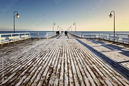 Fotobehang - Morze, zima, spacer na molo