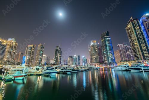 Photo  Dubai marina skyscrapers during night hours