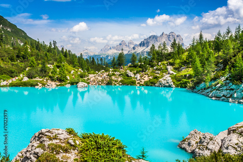 Fotobehang Turkoois Turquoise Sorapis Lake in Cortina d'Ampezzo, with Dolomite Moun