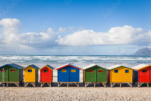 Poster Afrique du Sud Row of brightly colored huts in Muizenberg beach. Muizenberg