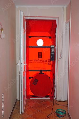 Photo  Matériel mis en place pour test d'étanchéité à l'air, maison BBC