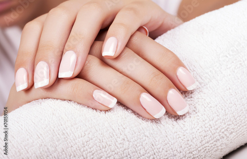 Montage in der Fensternische Maniküre Beautiful woman's nails with french manicure.
