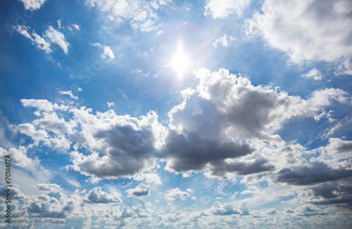 chmury-na-niebie-z-promieniami-slonecznymi