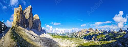 Foto  View of t Tre Cime di Lavaredo against blue sky, Dolomites