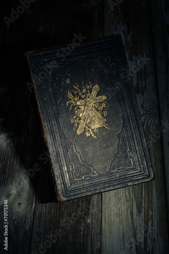 Fotomural bible in the dark