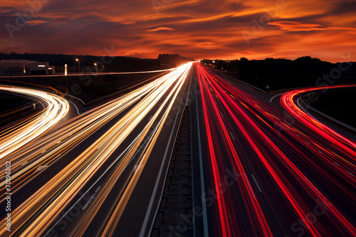 In de dag Nacht snelweg Speed Traffic - light trails on motorway highway at night
