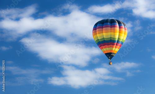 balon-na-ogrzane-powietrze-nad-blekitne-niebo