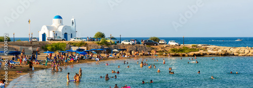 Cuadros en Lienzo PARALIMNI, CYPRUS - 17 AUGUST 2014: Crowded beach with tourists