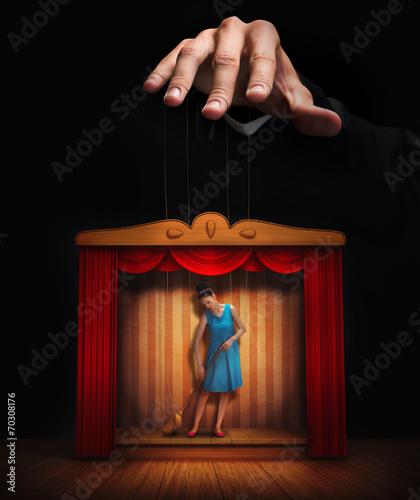 Fotografia Male hand controlling a small woman puppet