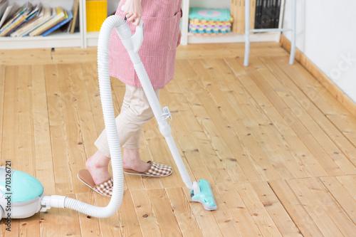 Fototapeta 掃除をする女性