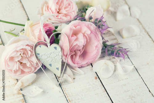 Foto-Tapete - Fresh roses and decorative heart. (von daffodilred)