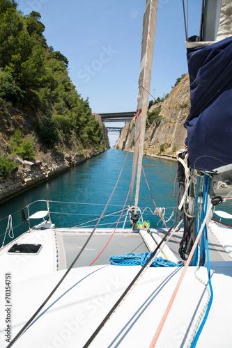 Obraz na plátně Mit dem Katamaran durch den Kanal von Korinth segeln