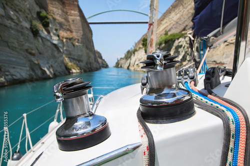 Obraz na plátně Mit dem Katamaran auf Segelreise durch den Kanal von Korinth